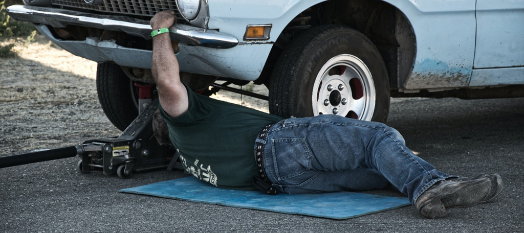 Roadside-mechanic-pexels-kevin-bidwell-1388278