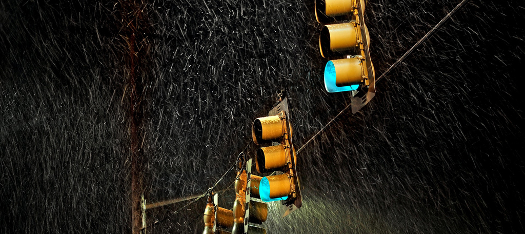 Traffic-lights-in-rain-pexels-blue-ox-studio-1686961