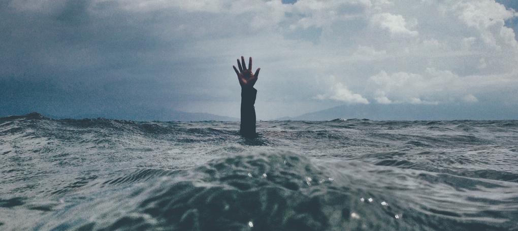Drowning-nikko-macaspac-6SNbWyFwuhk-unsplash